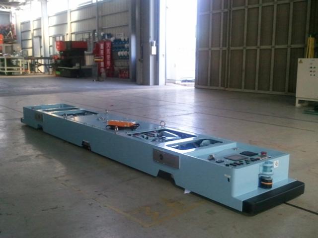 牽引型 AGV(航空機部品搬送)